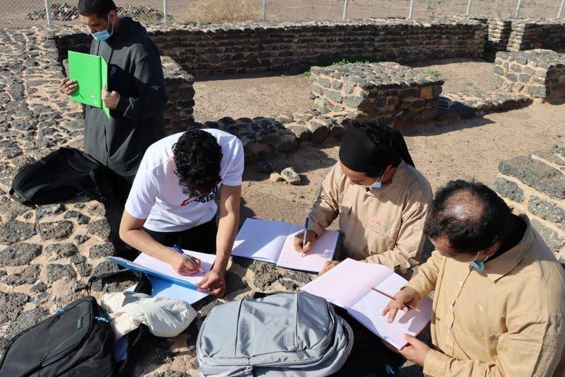 آثار قدیمہ کے ماہرین  فید کے کھنڈرات سے متعلق معلومات درج کر رہے ہیں۔