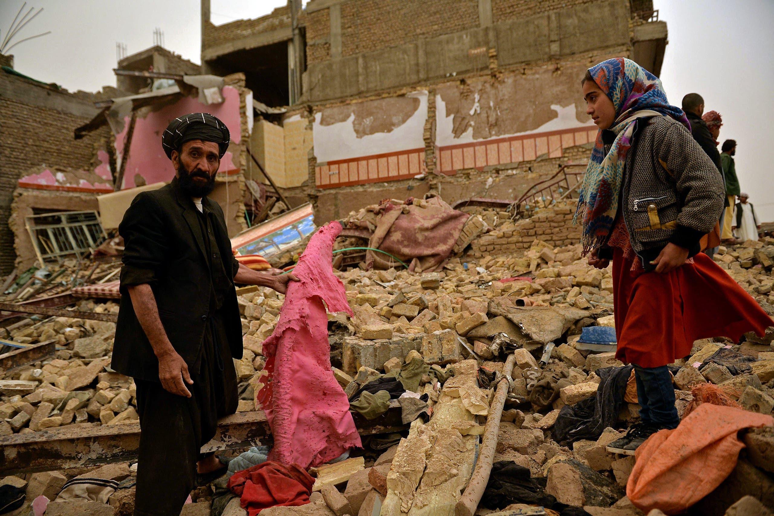 سكان يتفقدون الدمار الذي لحق بمنازلهم بسبب الانفجار