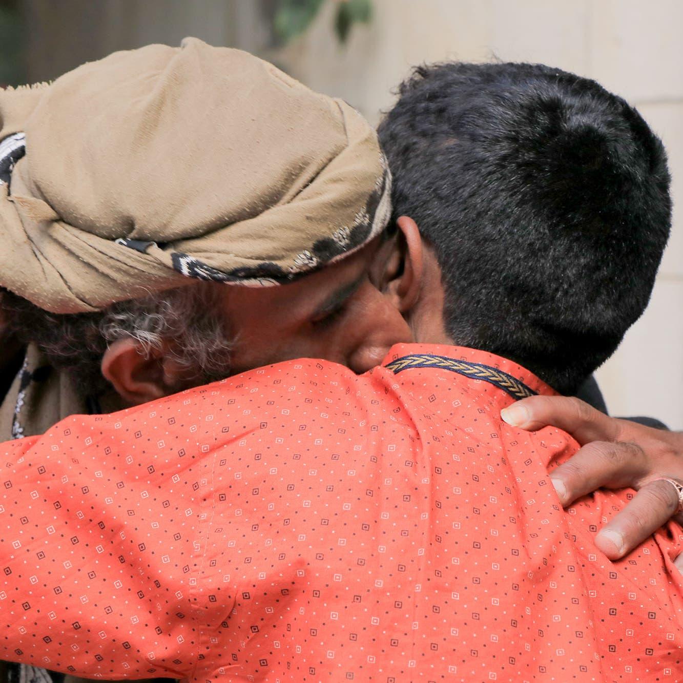 شاهد.. الجيش اليمني يسلم الصليب الأحمر 21 طفلاً كانوا يقاتلون بصفوف الحوثي