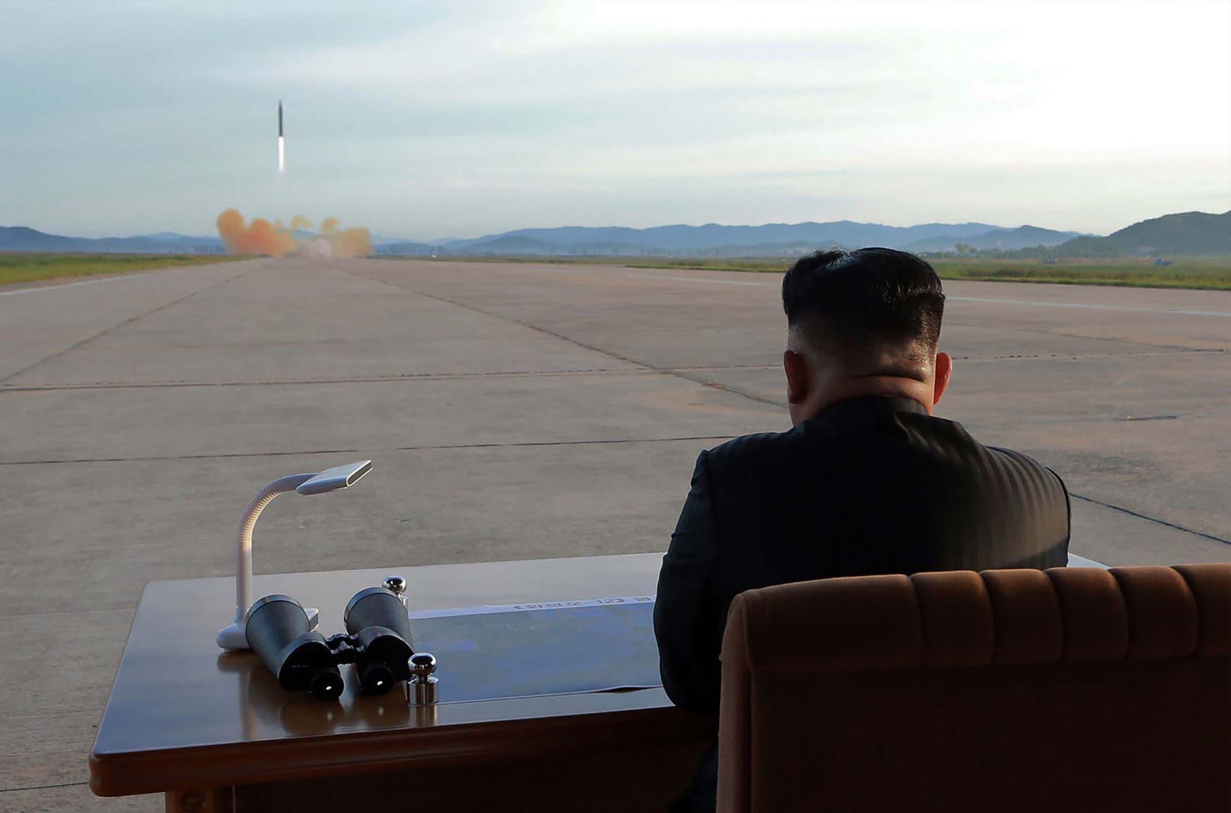 سپتامبر 2017، رهبر کره شمالی پرتاب موشک  را زیر نظر دارد