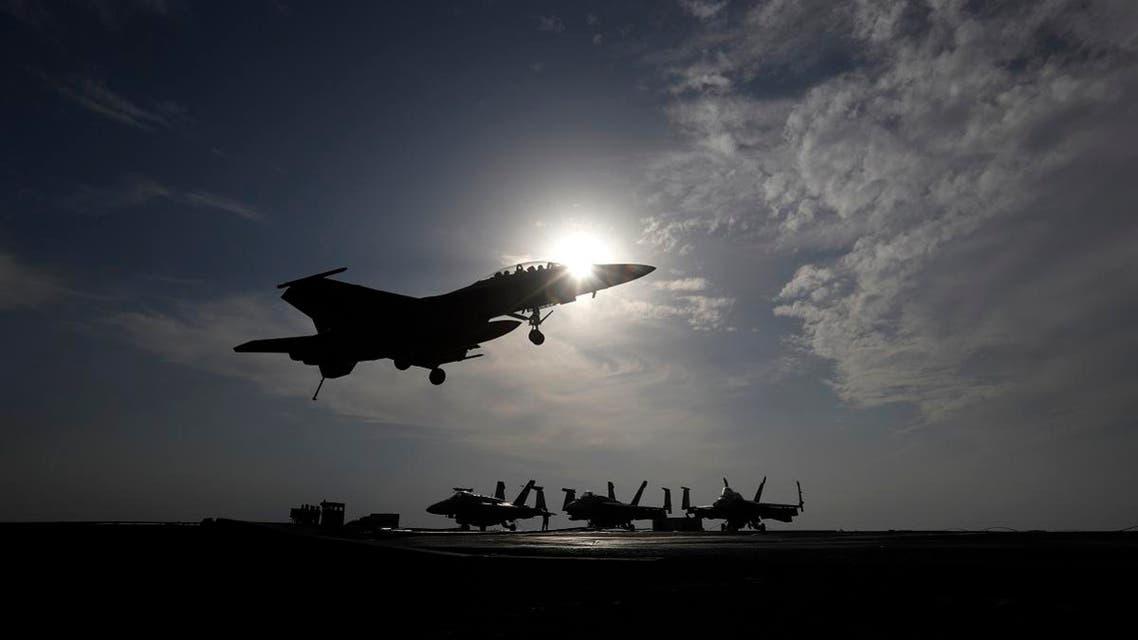 آماده شدن جنگنده آمریکایی برای فرود بر روی ناو هواپیمابر «دوایت آیزنهاور» - آرشیو