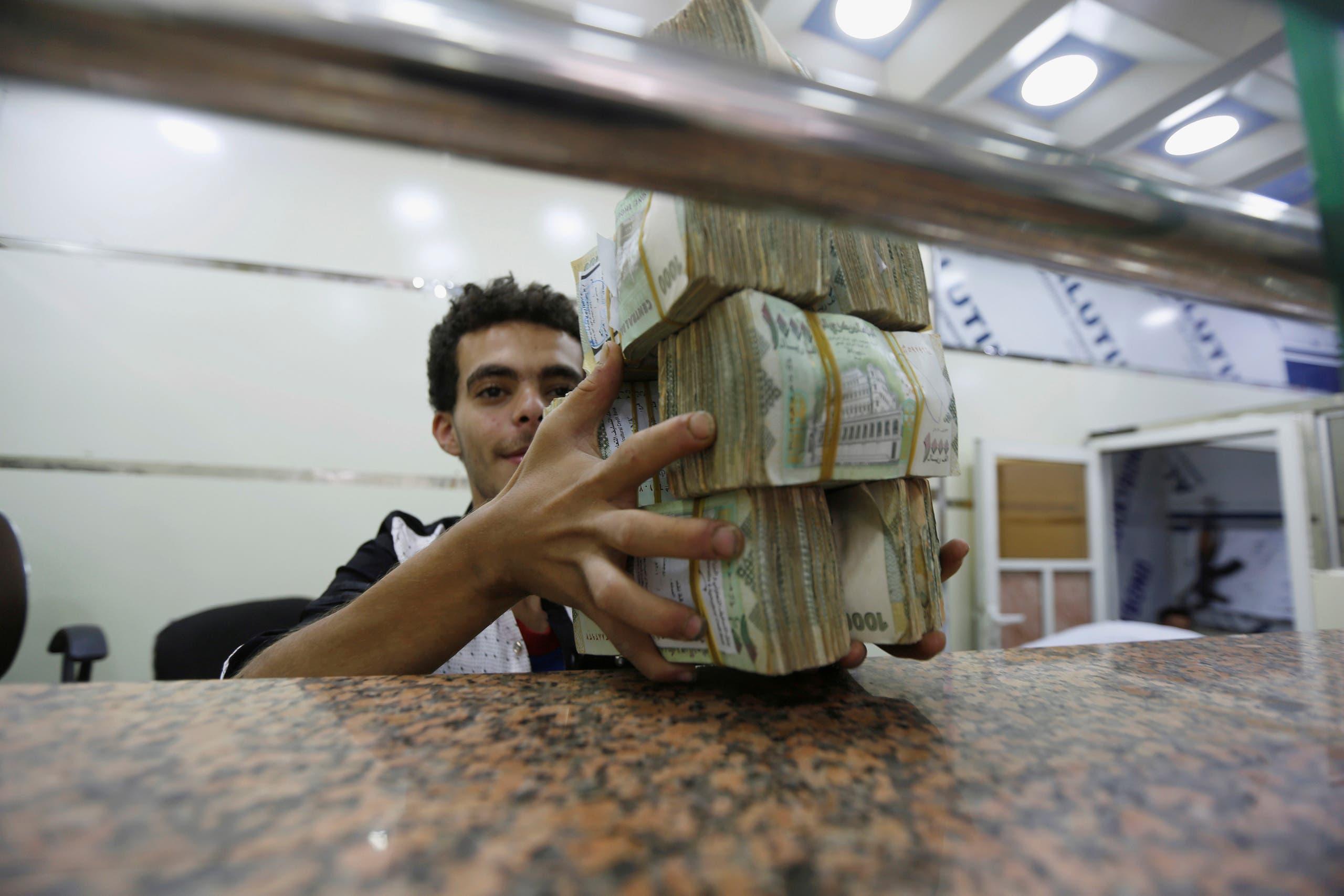 من محل صرافة في صنعاء (أرشيفية من رويترز)