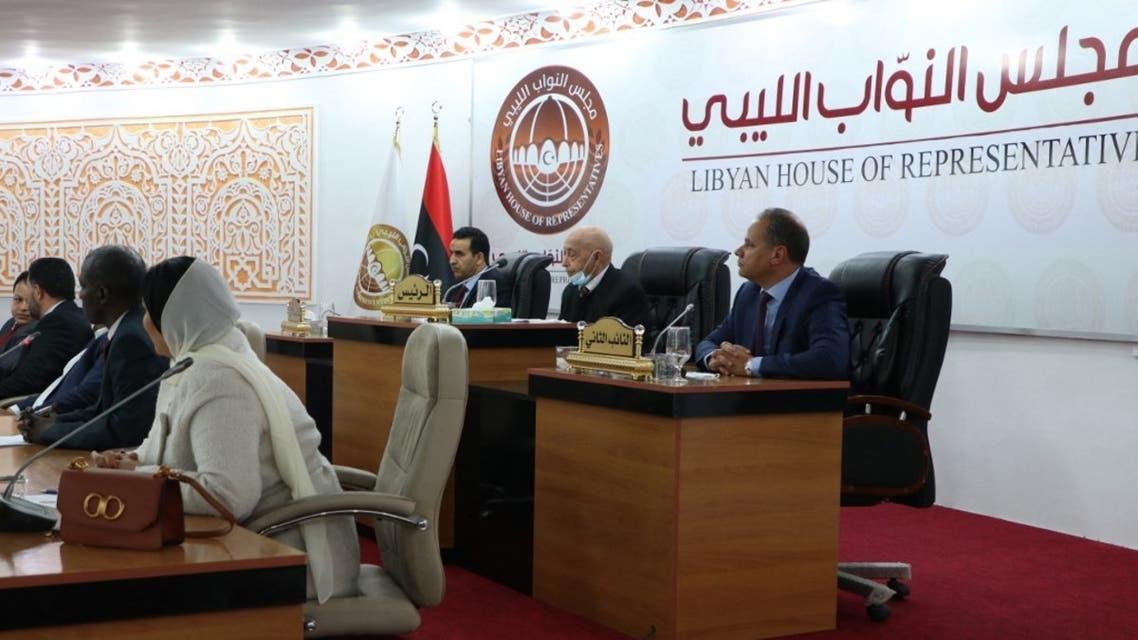 حضر رئيس البرلمان الليبي عقيلة صالح (من الخلف) وأعضاء آخرون في البرلمان مراسم أداء اليمين الدستورية لرئيس الوزراء المؤقت الجديد للبلاد في مدينة طبرق بشرق ليبيا