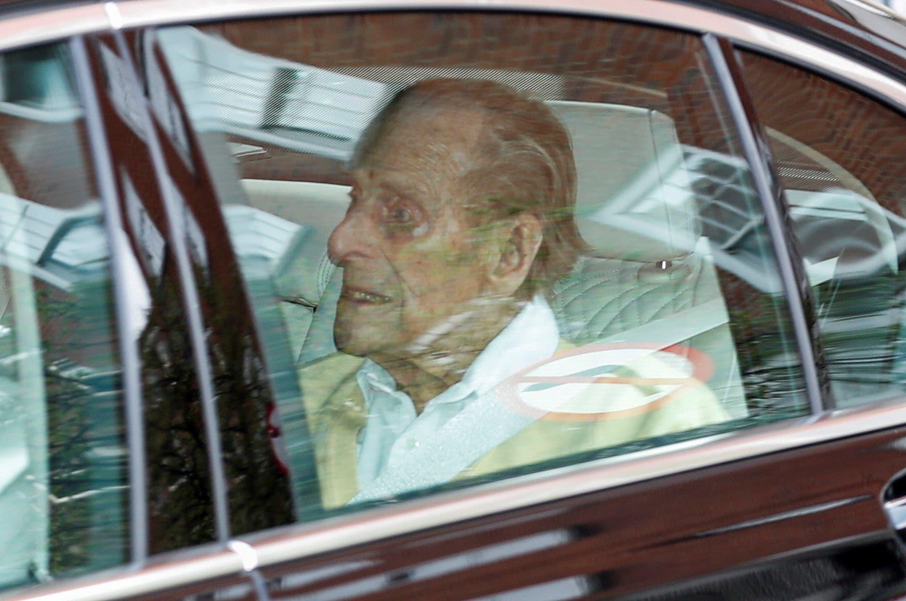 الأمير فيليب أثناء مغادرة المستشفى (أرشيفية)