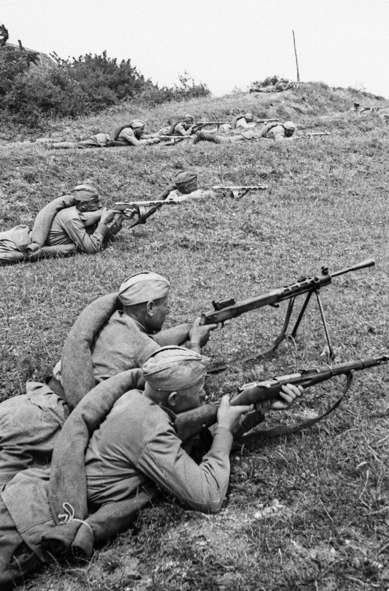 جانب من الجنود السوفيت خلال معركة نهر دنيبر