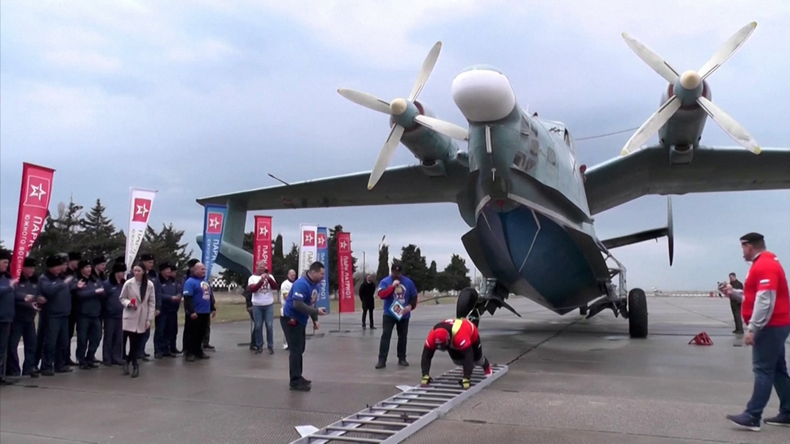 Crimean powerlifter Dzhamshid Ismatillayev set a Russian record on Tuesday (March 16) for pulling a 31.5 ton amphibious aircraft over the distance of a meter. (Screengrab)