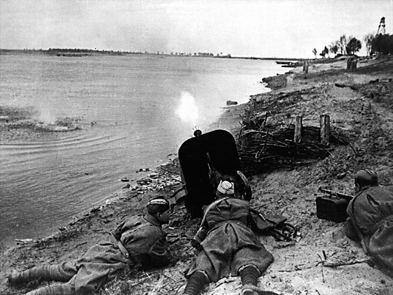 جنود سوفيت أثناء المواجهات عند نهر دنيبر