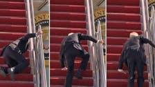 ویدیو؛ سه بار زمین خوردن متوالی جو بایدن هنگام بالا رفتن از پله هواپیما