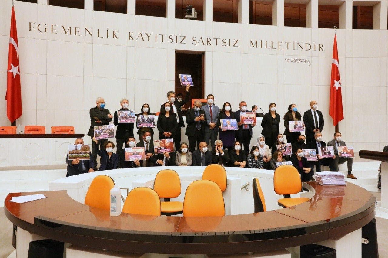 نواب من حزب الشعوب الديمقراطي داخل البرلمان التركي