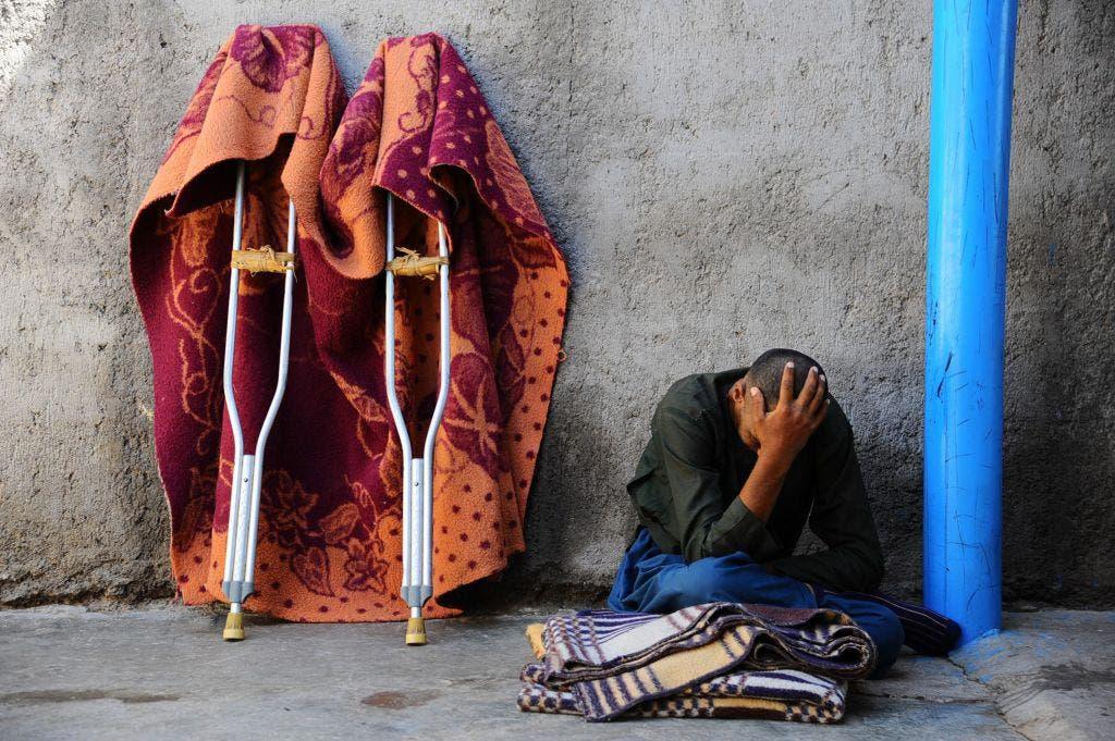 مرد افغان که پاهایش را در جنگ از دست داده در حال گیریه/ آرشیوی