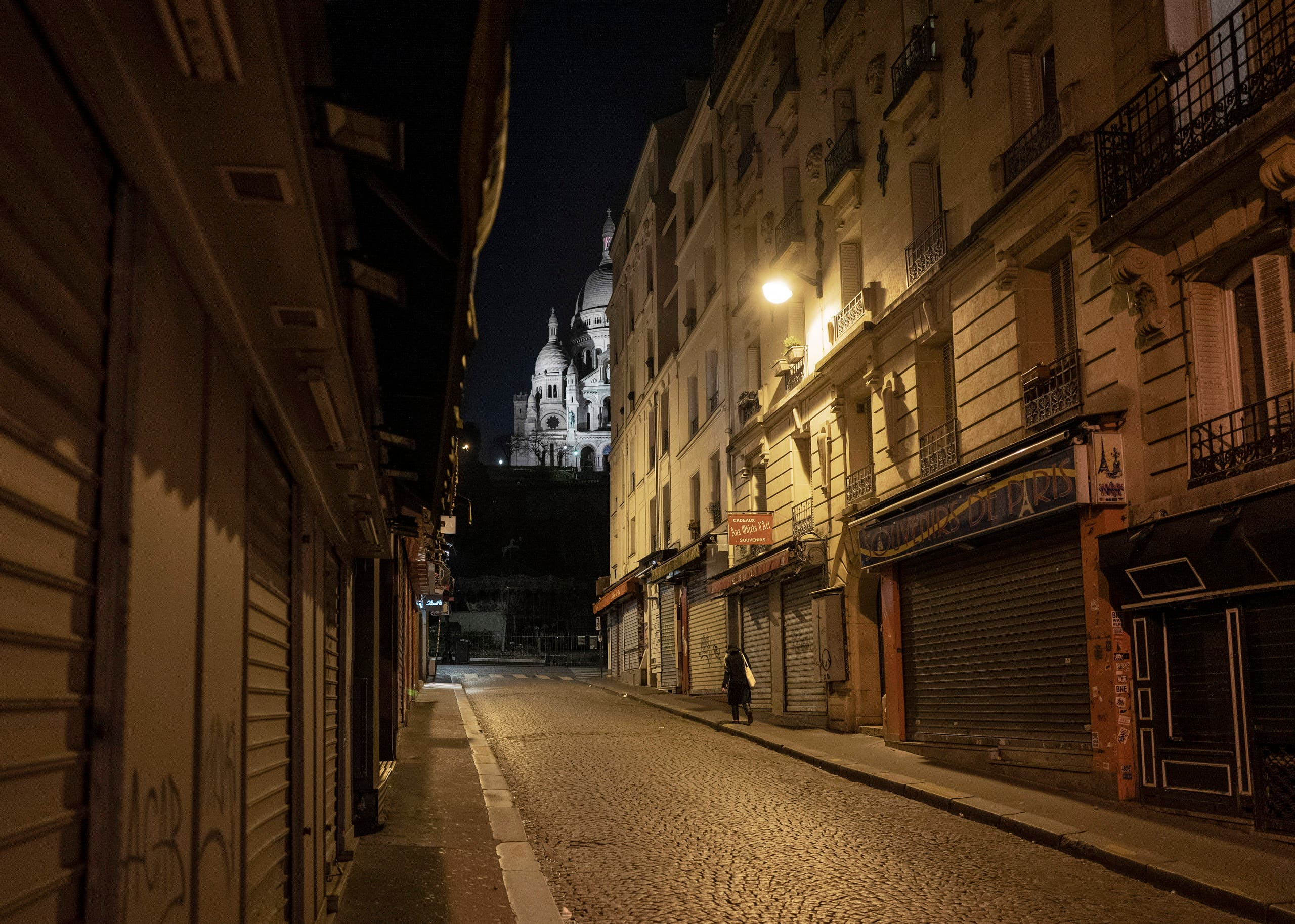 شوارع خالية من المارة بسبب حظر التجوال الليلي في باريس