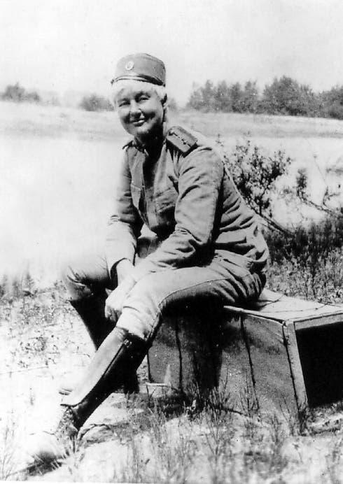 صورة ل فلورا ساندس بالزي العسكري الحرب العالمية