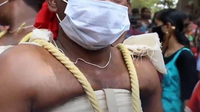 گروهی از اهالی هند برای ادای نذر نوزادان را در ارتفاع 12 متری آویزان میکنند