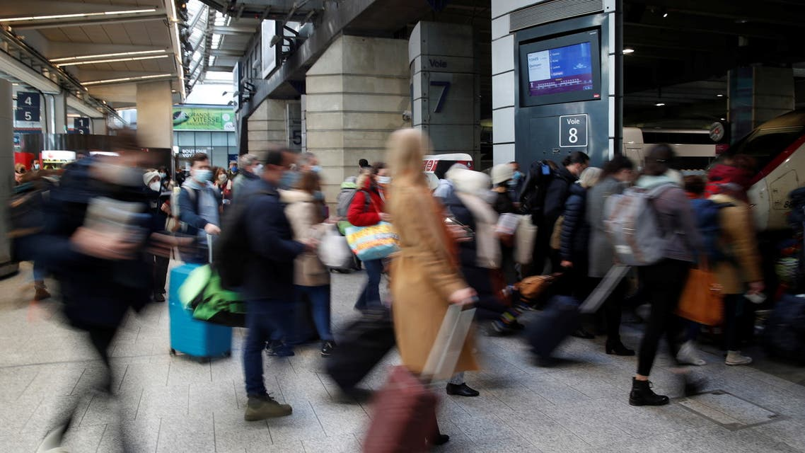 Passengers walk to board a train at Montparnasse railway station in Paris before a third lockdown imposed during a month-long on Paris and parts of the north after a faltering vaccine rollout and spread of highly contagious coronavirus disease (COVID-19) variants in France, March 19, 2021. (File photo: Reuters)