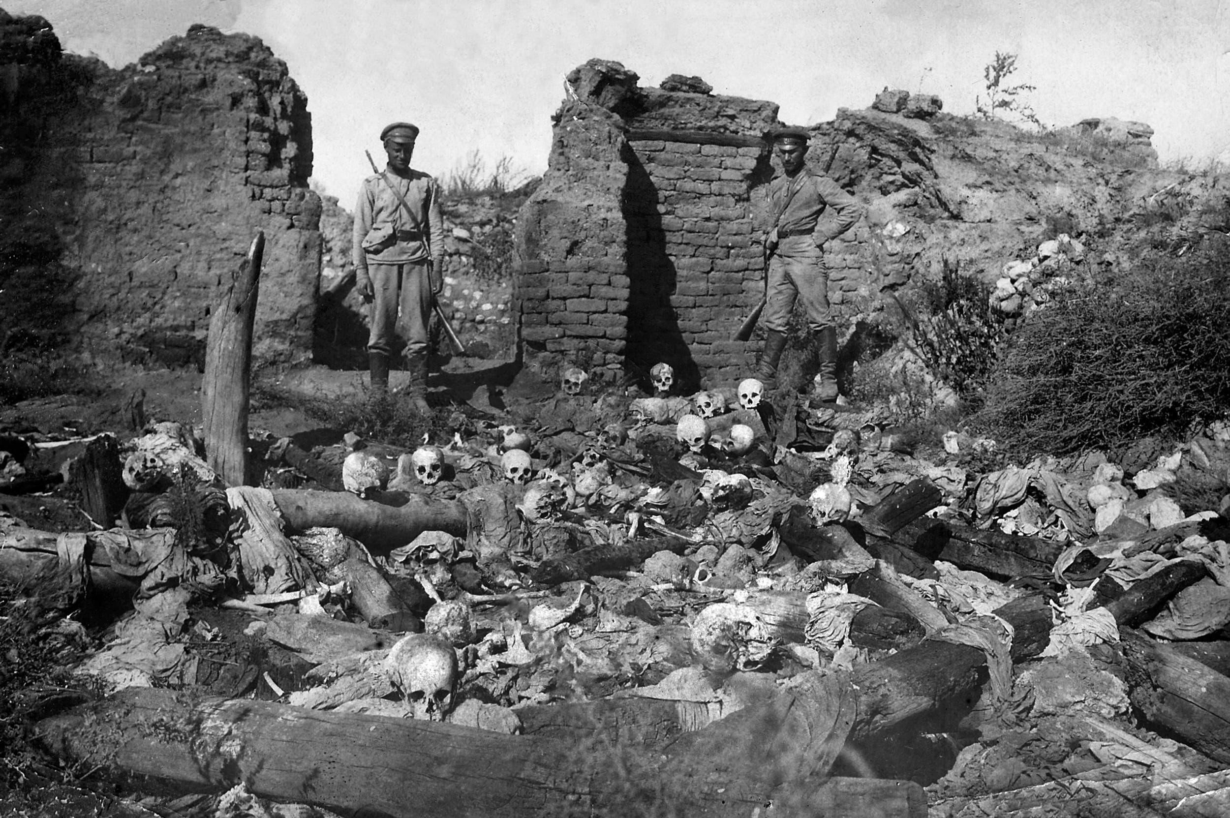 صورة نشرها معهد متحف الإبادة الجماعية للأرمن مؤرخة عام 1915 تُظهر جنوداً يقفون فوق جماجم الضحايا من قرية Sheyxalan الأرمنية في وادي موش على جبهة القوقاز خلال الحرب العالمية الأولى