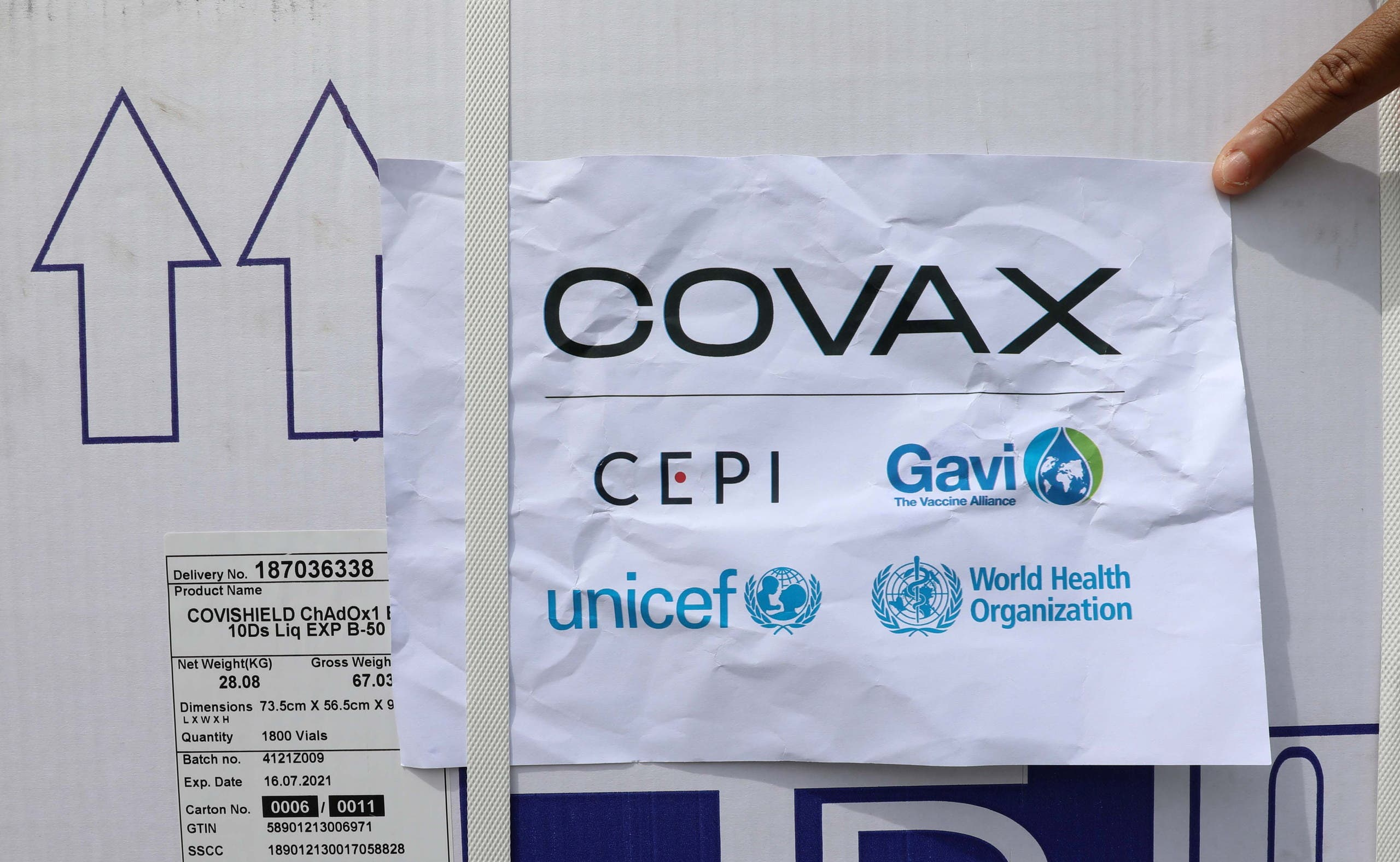 Workers offload the AstraZeneca/Oxford vaccines under the COVAX scheme against coronavirus disease (COVID-19) at the Aden Abdulle Osman Airport in Mogadishu, Somalia March 15, 2021. (File photo: Reuters)