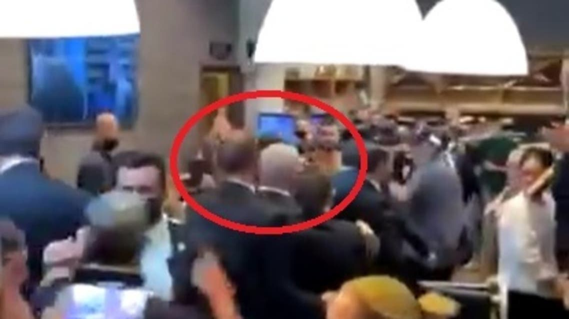 نتنياهو عند خروجه من مطعم