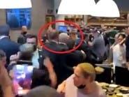 شاهد.. نتنياهو يخرج مسرعاً من مطعم عقب سقوط صاروخ بإسرائيل
