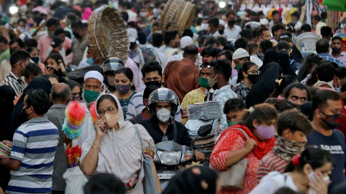 People wearing protective masks crowd a marketplace amidst the spread of COVID-19 in Mumbai, India, on March 22, 2021. (Reuters)