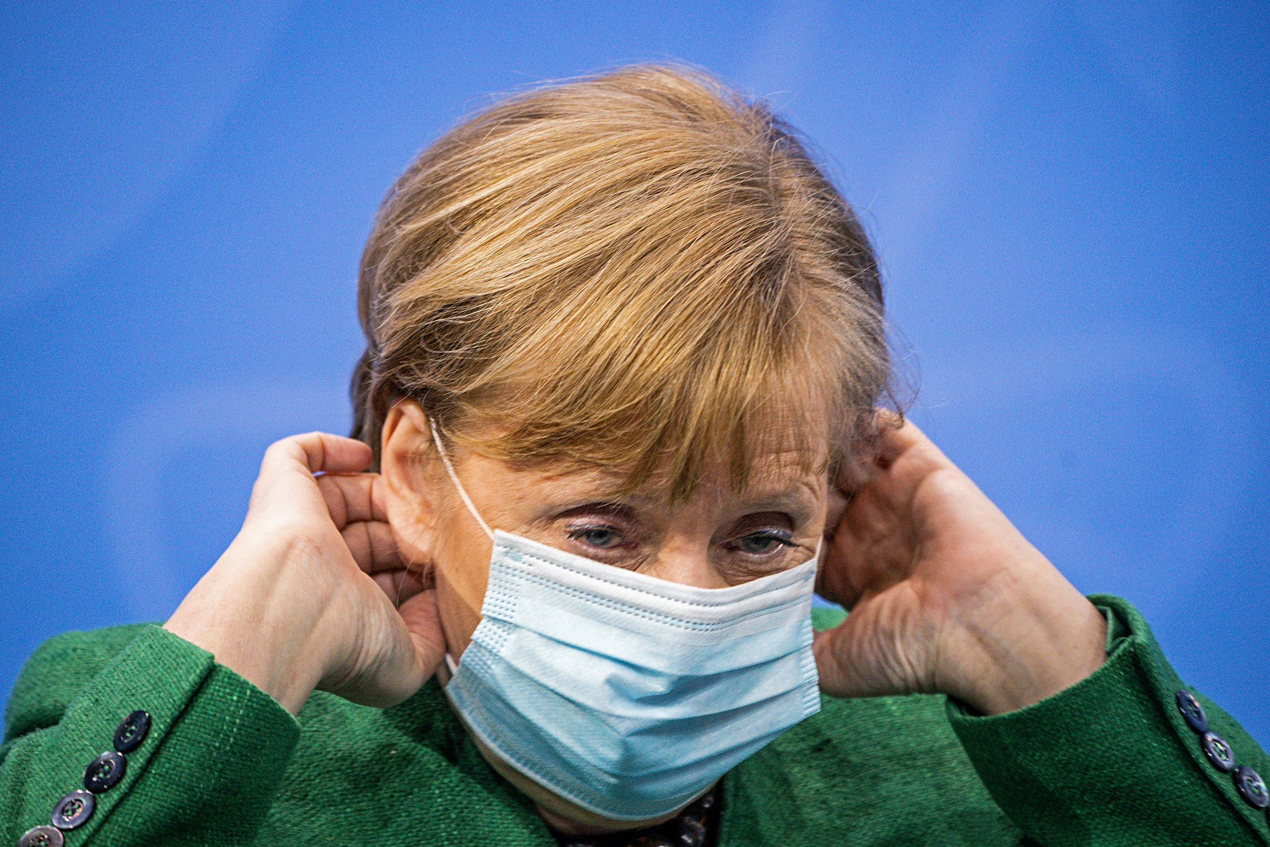 German Chancellor Angela Merkel holds her mask during a news conference after a meeting with state leaders to discuss options beyond the end of the pandemic lockdown, amid the outbreak of the coronavirus disease (COVID-19), in Berlin, Germany, March 23, 2021. (File photo: Reuetrs)