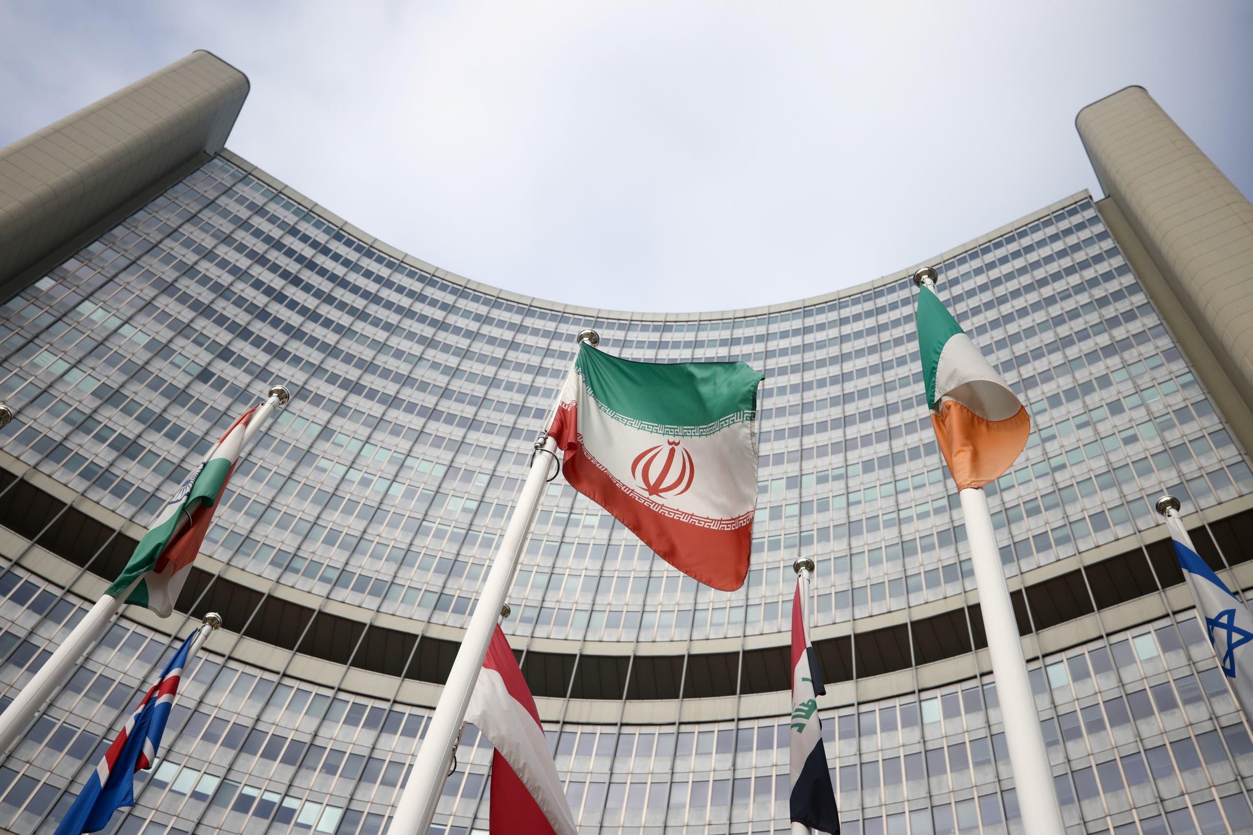 علم إيران أمام مقر الوكالة الدولية للطاقة الذرية (أرشيفية- رويترز)