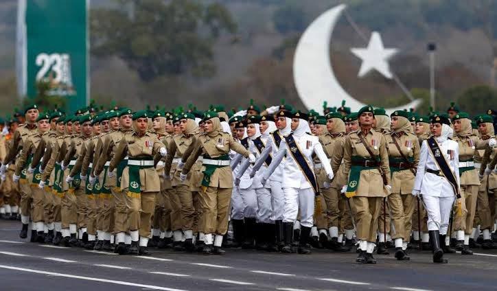 خواتین کے فوجی دستے مارچ پاسٹ کر رہے ہیں