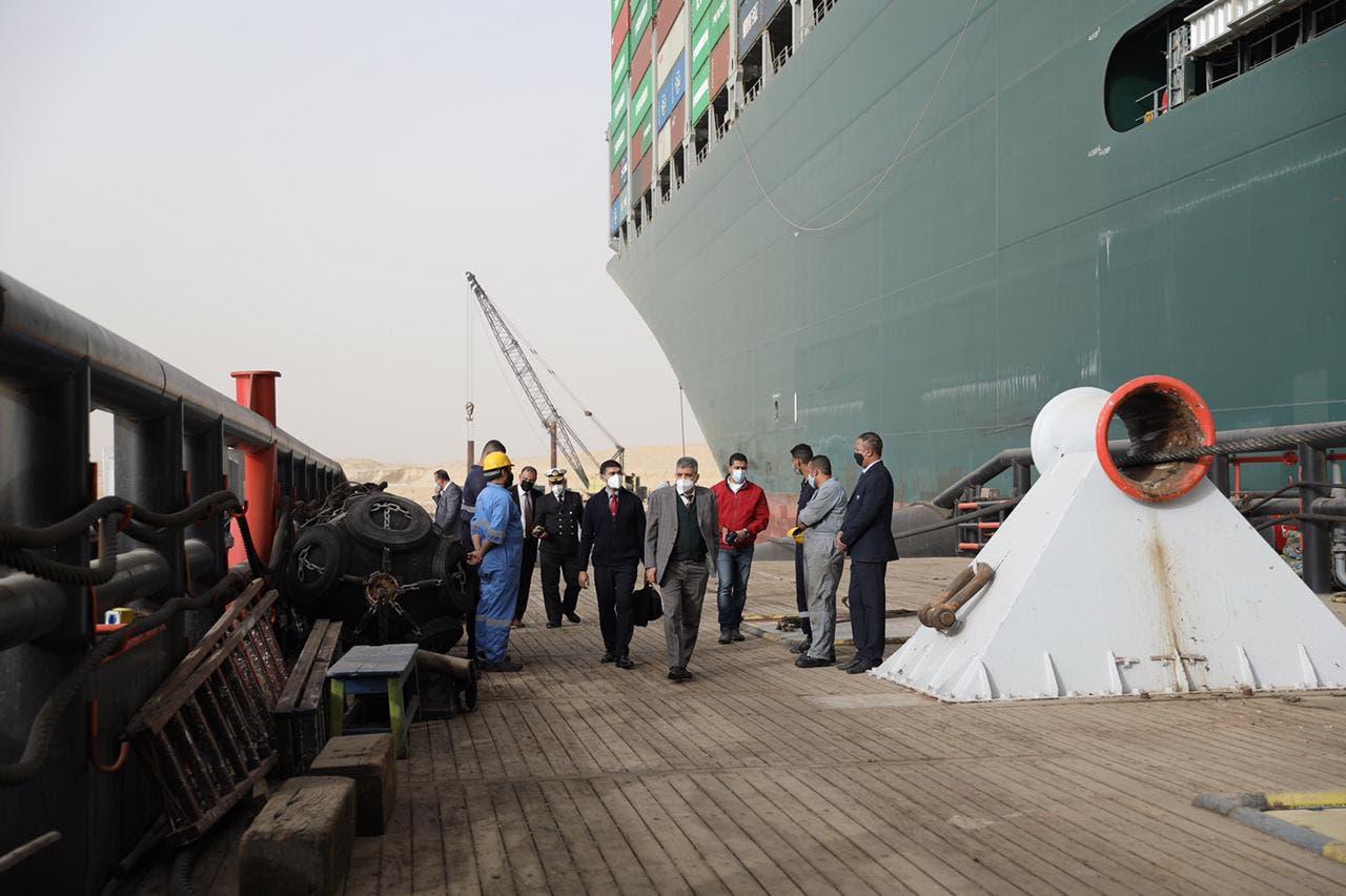 رئيس هيئة قناة السويس يتابع تعويم السفينة الجانحة