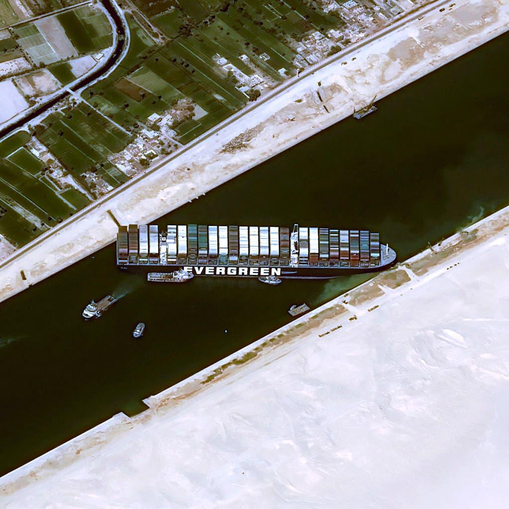 السفينة الجائحة تسد القناة
