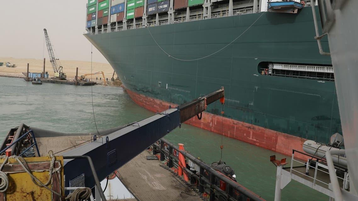 محاولات تعويم السفينة الجانحة بقناة السويس
