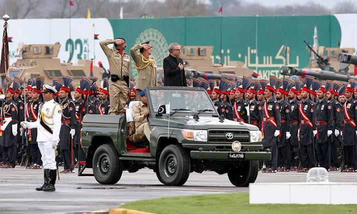 صدر پاکستان پریڈ کا معائنہ کر رہے ہیں
