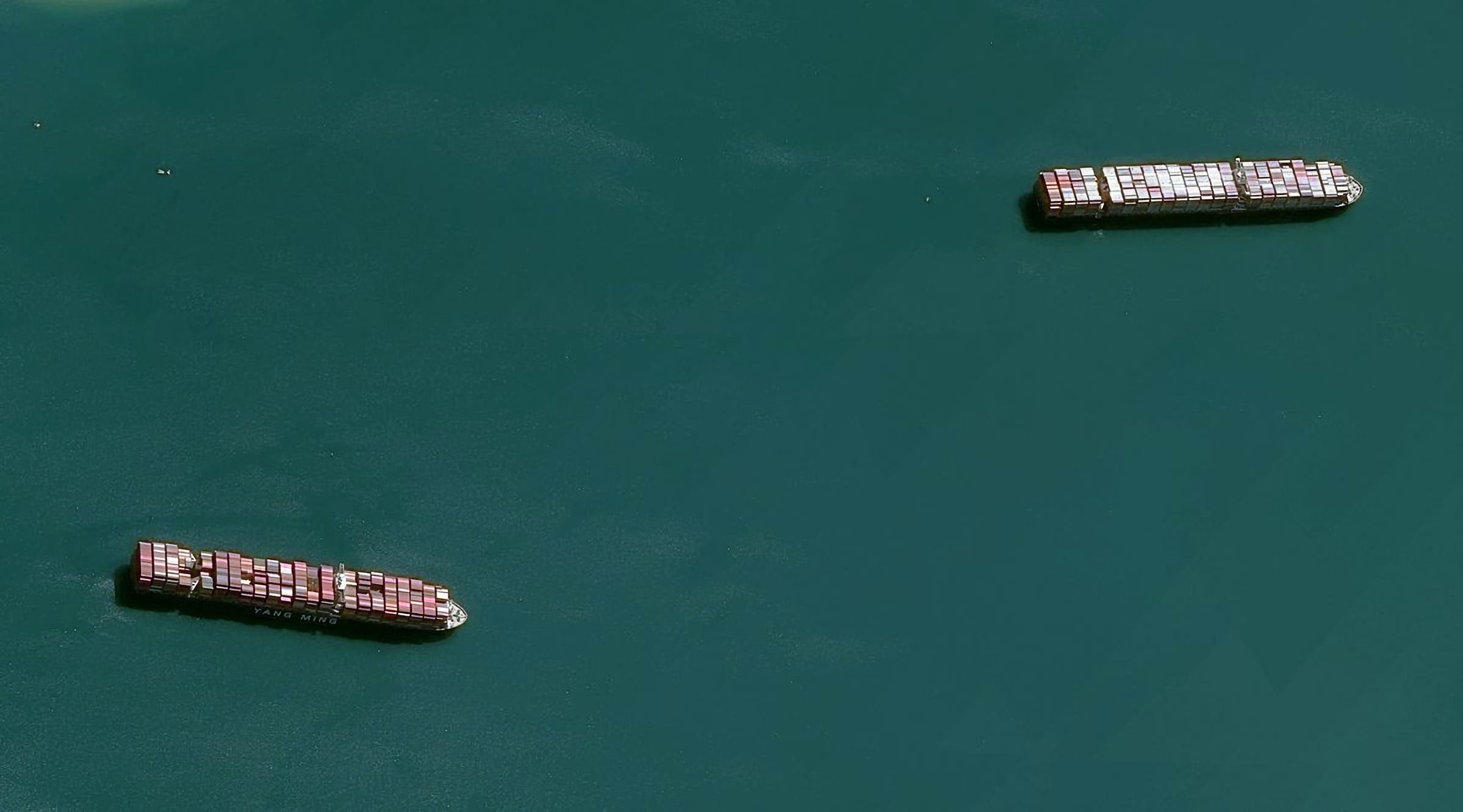 صور قمر صناعي للناقلات المنتظرة خارج قناة السويس
