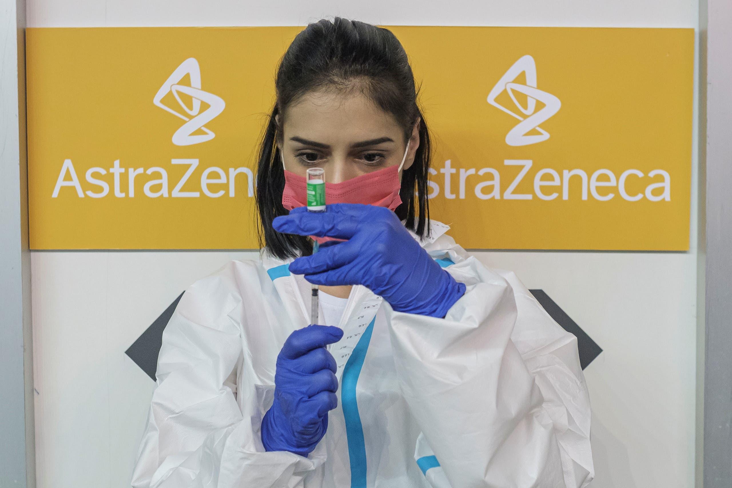 ممرضة تعد جرعة من لقاح أسترازينيكا في صربيا