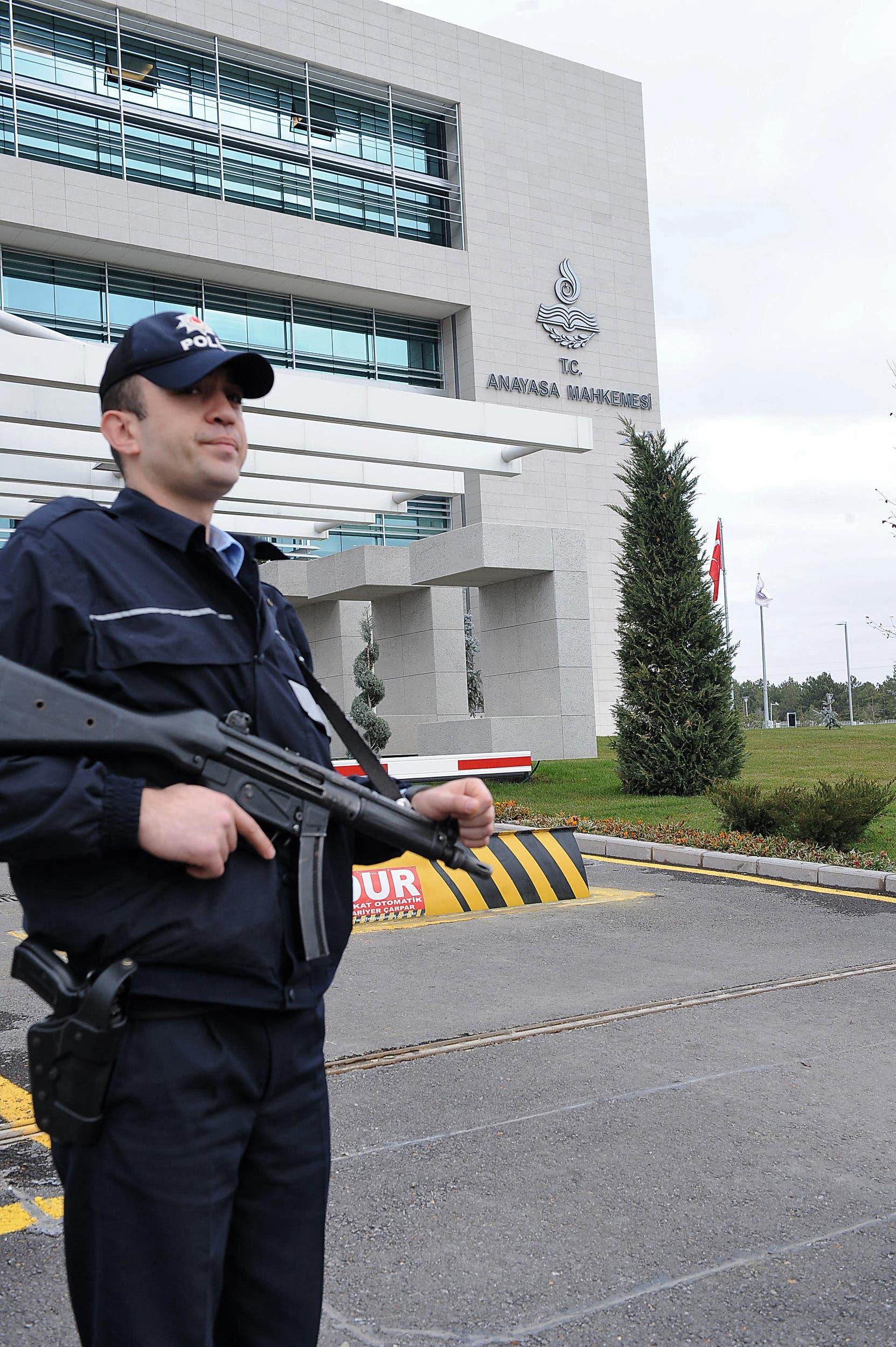 شرطي أمام المحكمة الدستورية العليا في أنقرة