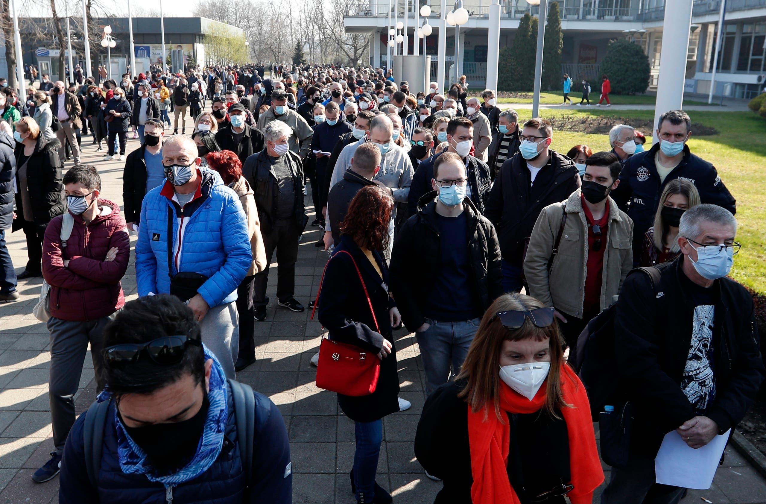 بلغراد میں ہفتے کے روز ویکسی نیشن مرکز کے باہر رش