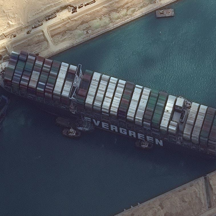 تواصل محاولات قطر السفينة الجانحة بقناة السويس وبايدن يبحث المساعدة