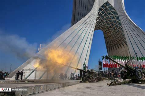 (عکس از خبرگزاری فارس) شلیک توپ نزدیک برج آزادی