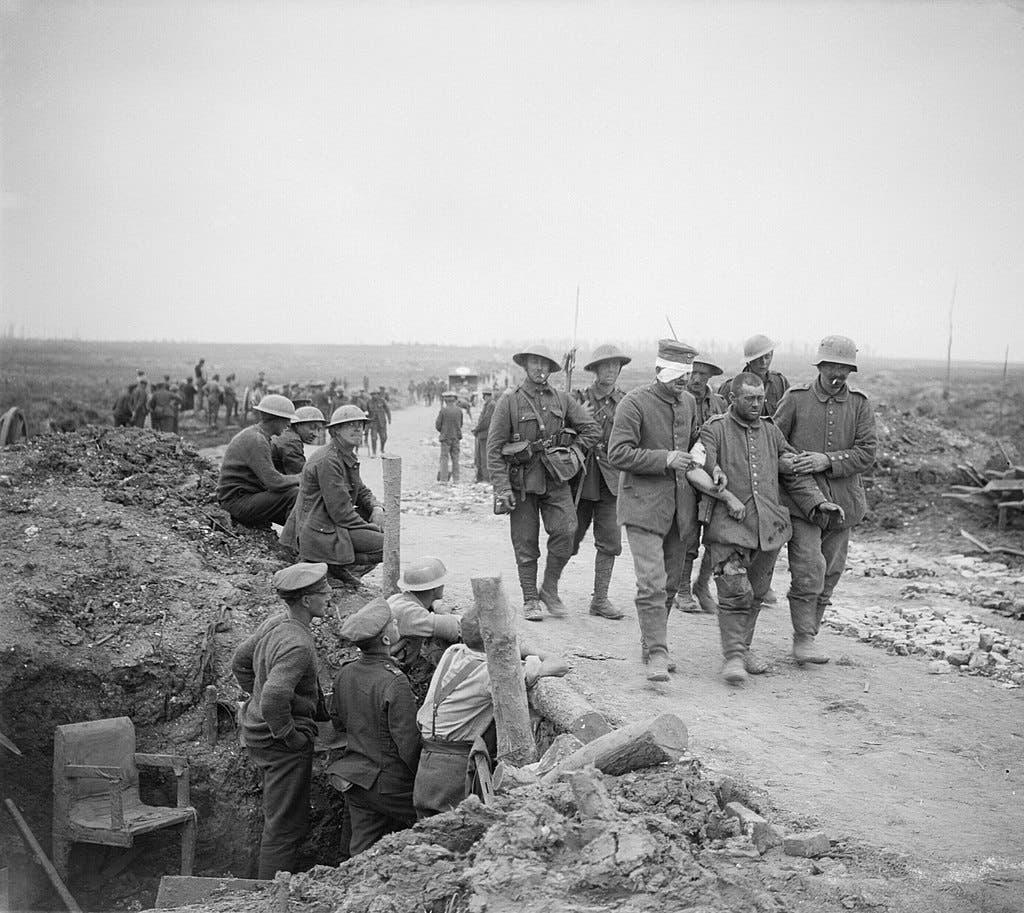 جانب من الجنود البريطانيين رفقة أسير ألماني في خضم معركة السوم