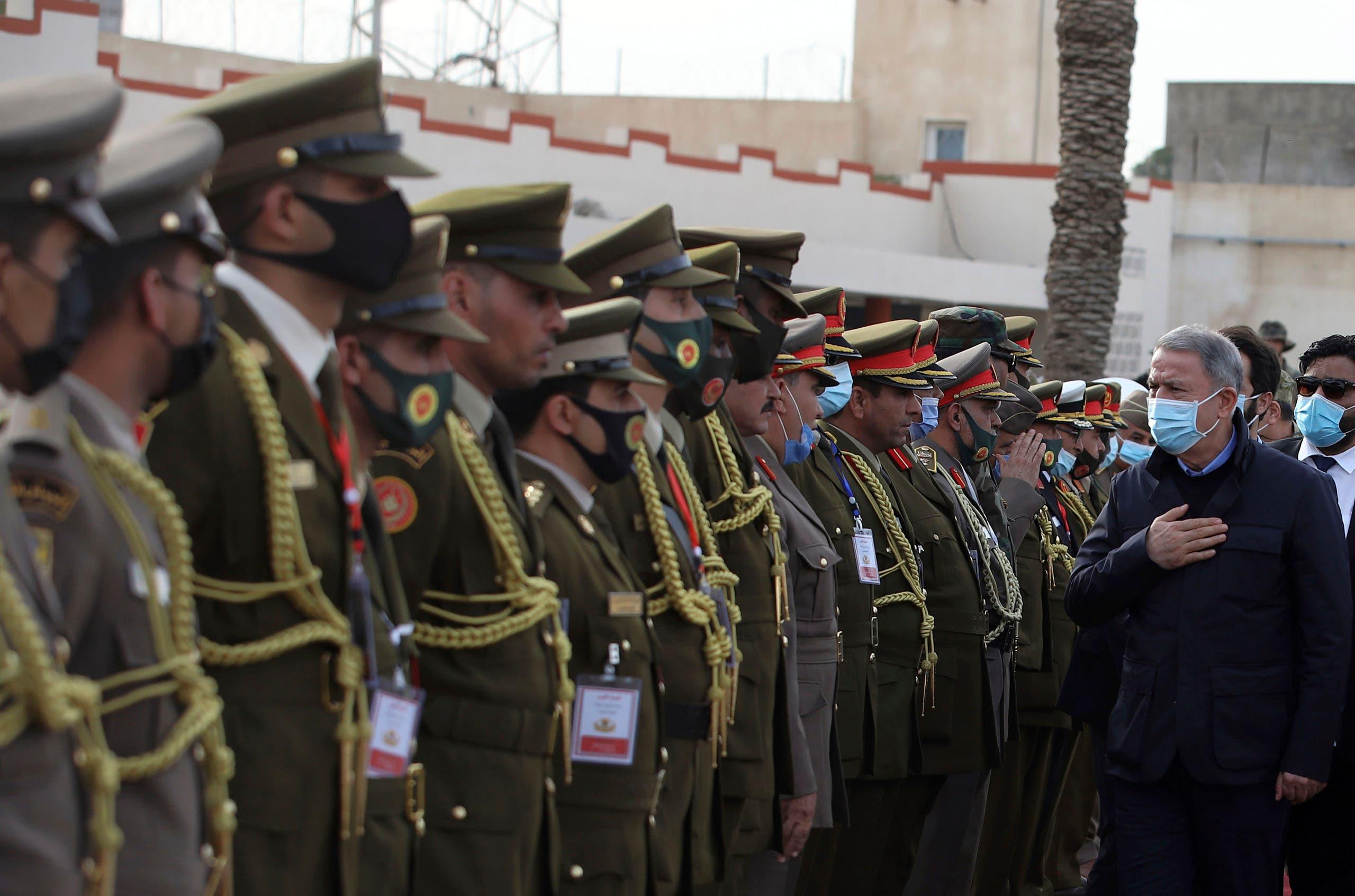 وزير الدفاع التركي يحيي جنودا أتراكا في طرابلس (أرشيفية- أسوشييتد برس)