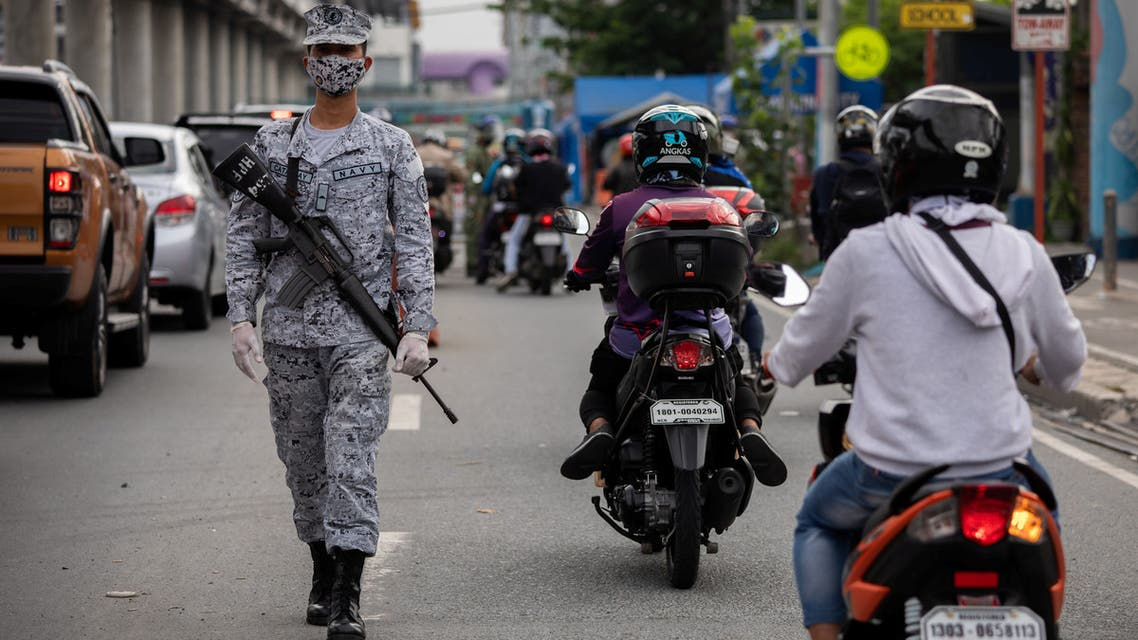 An armed soldier mans a quarantine checkpoint, as the Philippine government reimposed a strict lockdown to curb coronavirus disease (COVID-19) infections, in Marikina City, Metro Manila, Philippines, August 5, 2020. (File photo: Reuters)