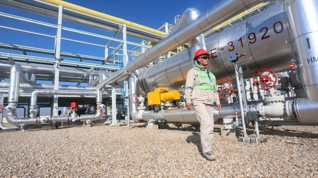 النفط يهبط.. لكنه يحقق مكسبا أسبوعيا بدعم آمال التعافي
