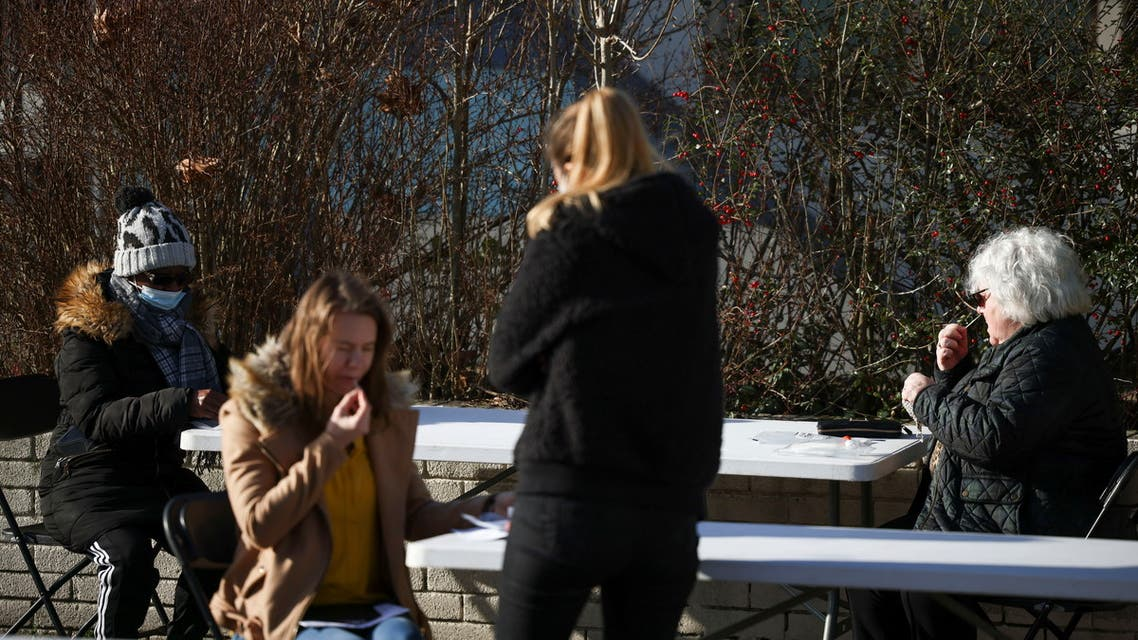 People give swab samples at a mobile self-testing centre, amid the outbreak of the coronavirus disease (COVID-19) in Pollards Hill, London, Britain February 5, 2021. (File photo: Reuters)