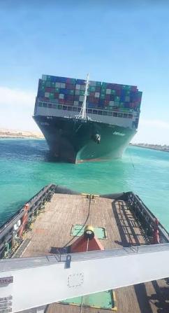 السفينة الجانحة التي شلت حركة الملاحة بقناة السويس