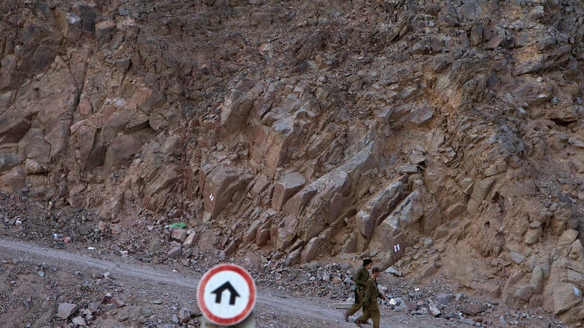 Israeli soldiers walk beside a hillside in the Red Sea resort of Eilat, near the Taba border crossing between Israel and Egypt, October 27, 2011. (File photo: Reuters)