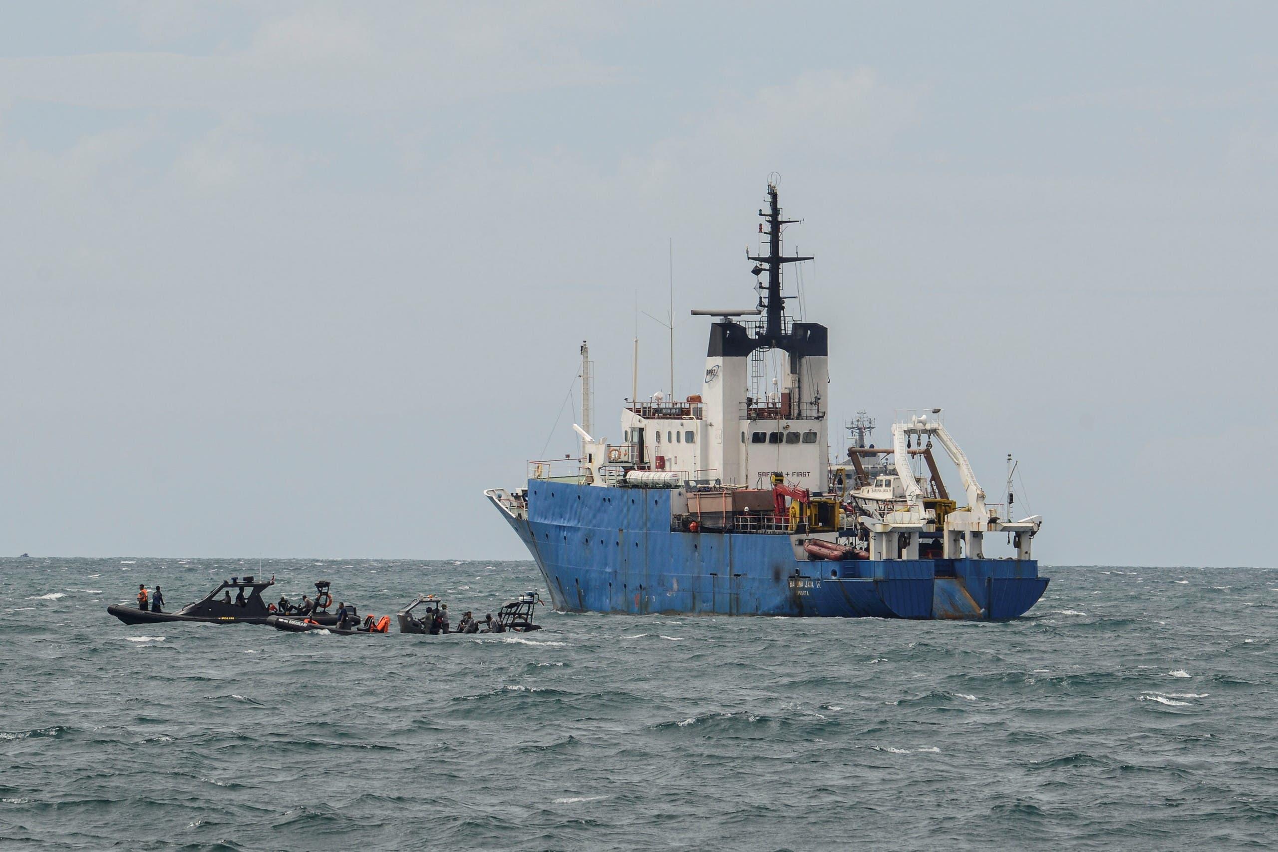 من عمليات البحث في بحر جاوة بعد تحطم الطائرة