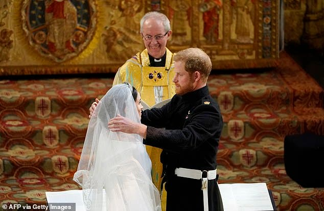 هاري وميغان أثناء الزفاف ويظهر بجانبهما رئيس أساقفة كانتربري