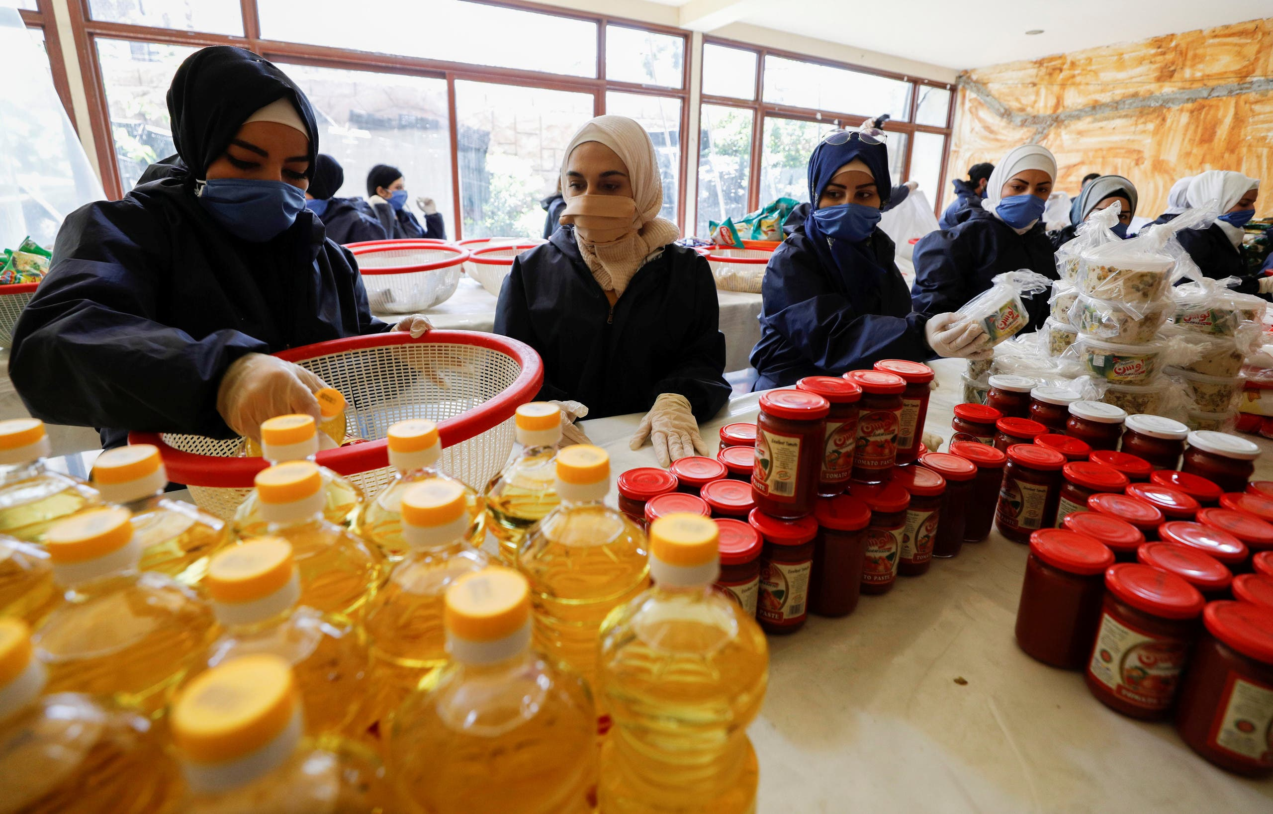 Volunteers from Saed Association prepare aid baskets to be distributed for those affected by the procedures that are taken to curb the spread of the coronavirus disease (COVID-19) in Damascus, Syria April 14, 2020. Picture taken April 14, 2020. (File photo: Reuters)