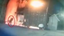 خاسر بالبورصة يظهر في فيديو وهو ينتحر بفرن لصهر المعادن