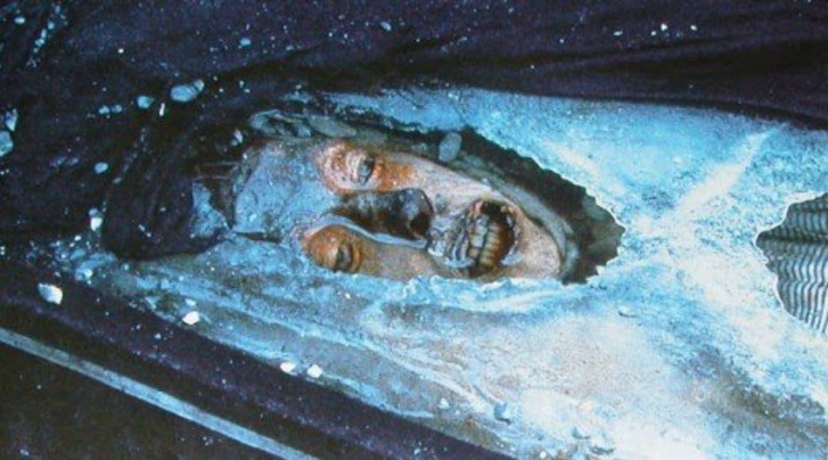 صورة لجثة جون تورينغتون المحنطة بفضل الجليد عند فتح القبر