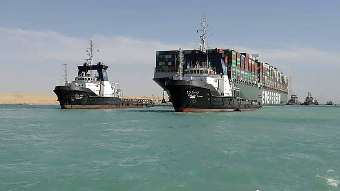 صورة نشرتها هيئة قناة السويس في 29 مارس 2021 تظهر زورق يقطر سفينة الحاويات إم في إيفر غيفن