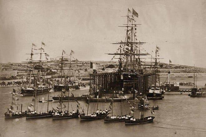 صورة تاريخية لحفر القناة ..